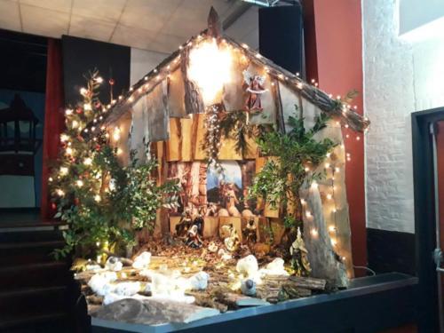 Kerstviering december 2019 opbouwen van de Kerststal